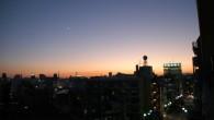 ●この時期になると空気が乾燥しているので夕焼けがきれいです。 本当は遠くに富士山が見えるはずなのに手前のビル邪魔だな〜